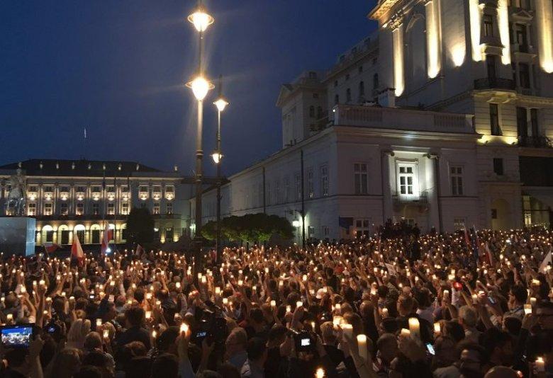 """""""Wyjdź z pałacu!""""; """"Chcemy weta"""" - skanduje tłum pod Pałacem Prezydenckim w Warszawie"""