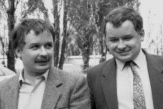 Tablica miała upamiętnić postawębraci Kaczyńskich w 1988 roku.