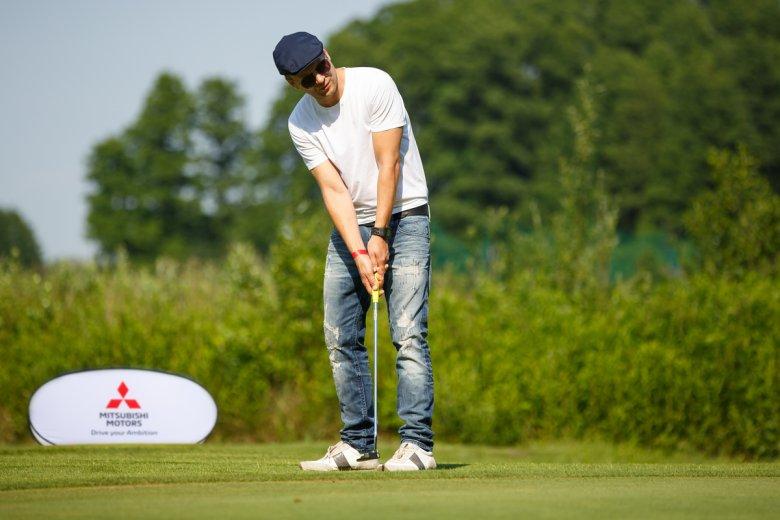 Maciej Stuhr gra w golfa podczas pikniku Mitsubishi Motors Golf Championship