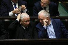 PiS na razie rządzi niepodzielnie, ale są pewne oznaki kryzysu obozu władzy.