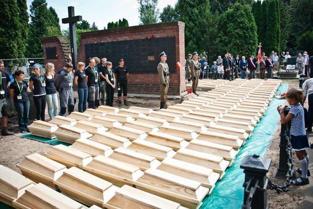 Uroczystość odprowadzenia szczątków wydobytych w pierwszy etapie prac poszukiwawczych na Łączce.