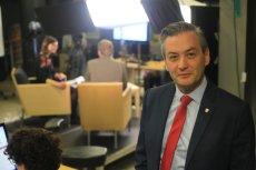 Robert Biedroń zaprasza cudzoziemców do szkół.