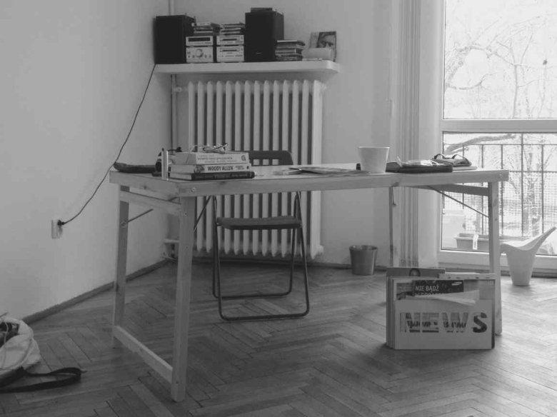 Jako biurko świetnie sprawdzi się stół do wykończeń remontowych.