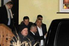 """To była słynna """"schadzka"""" w """"Zielonej Owieczce"""". Prezes partii Fidesz, Viktor Orban wychodzi po spotkaniu z prezesem PiS-u, Jarosławem Kaczyńskim."""