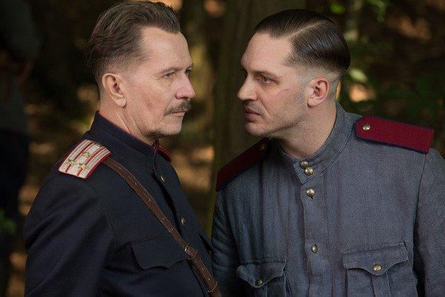 """Kadr z thrillera """"System"""" (Child 44) od piątku na ekranach polskich kin. Gary Oldman i Tom Hardy, który zagrał w nim główną rolę."""