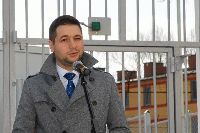 Wiceminister Patryk Jaki przed bramą Zakładu Karnego w Nowogardzie.