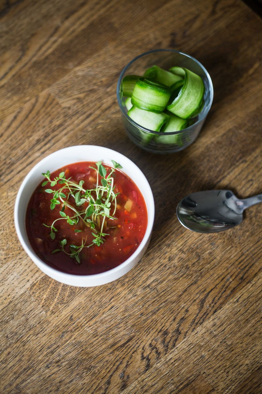 Chłodnik z pomidorów ze świeżymi warzywami.