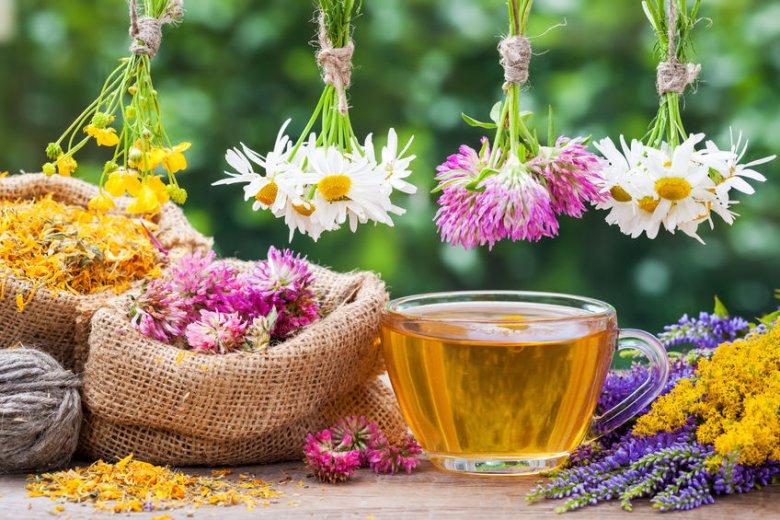 Powyższy przepis na mieszankę kwiatową pochodzi i jest do nabycia na stronie Herbal Leaf. Napar ma piękny różowawy odcień.