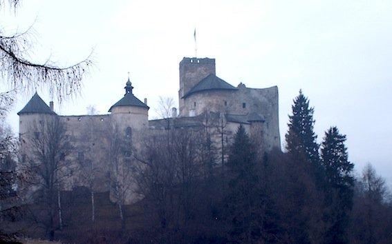 """Zamek w Niedzicy i jego otoczenie bardzo przypominało nam Rumunię. I jeszcze ten znak przed wejściem: """"uwaga duchy!"""""""