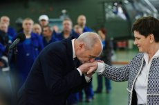 Premier rządu i minister obrony narodowej z wizytą w Wojskowych Zakładach Lotniczych w Łodzi. Jej mieszkańcy nie chcą przyglądać się, jak rząd wpada w samozachwyt. Oczekują efektów.  Łodzianie mają duże ambicje i chcą je spełniać.