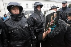 Policjanci ze Śląska nie pojawią się najbliższej miesięcznicy smoleńskiej. Przełożeni obawiają się buntu.