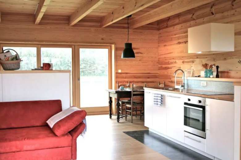 Choć widząc dom z zewnątrz można się tego nie spodziewać, wnętrza są bardzo nowoczesne
