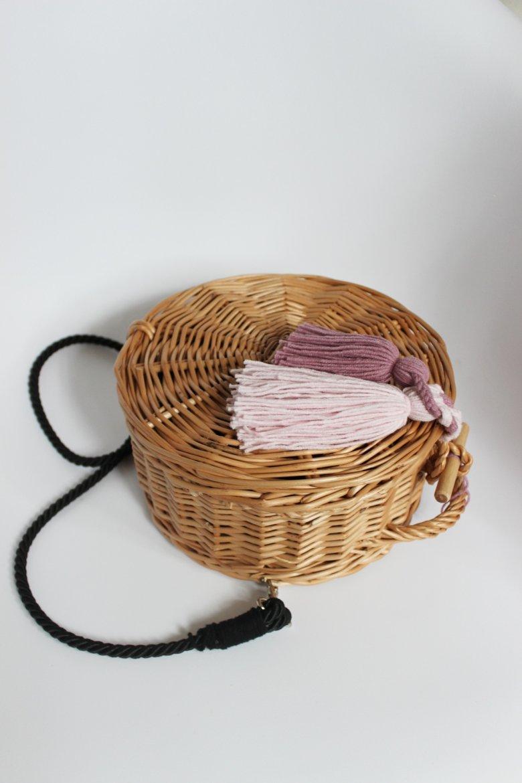Spersonalizowane, wiklinowe torebki to owoc współpracy polskiej marki odzieżowej z polskimi wytwórców rękodzieła.