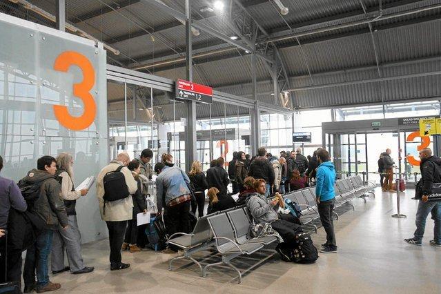 Pasażerowie lecący do Londynu muszą uzbroić sie w cierpliwość i przygotować na utrudnienia związane z alarmem.