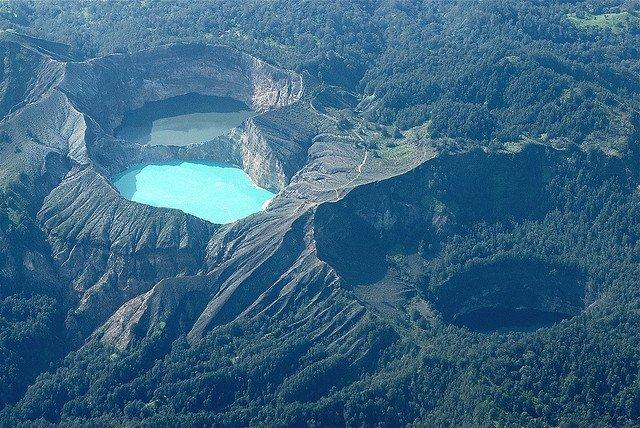 Różnokolorowe jeziora Kelimutu. Flores. Indonezja.
