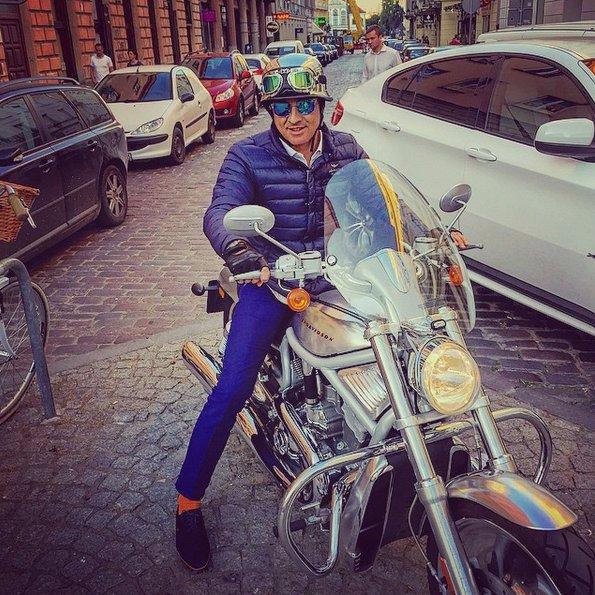 Ghaze Abdulloh przyjechał do polski założył sieć kebabów Amrit. W takim stroju możecie go zobaczyć na warszawskiej ulicy. prawdziwy milioner z Rolexem na ręce.