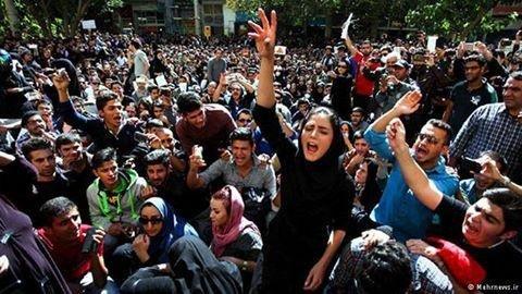 Tłum protestujących przed Sądem Miejskim w Esfahanie