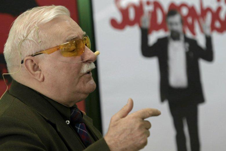 Lech Wałęsa opublikował na Twitterze zdjęcia z przeszłości.