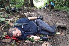 Biskup zasnął w błocie w środku lasu. To Javier Román Arias z Kostaryki.