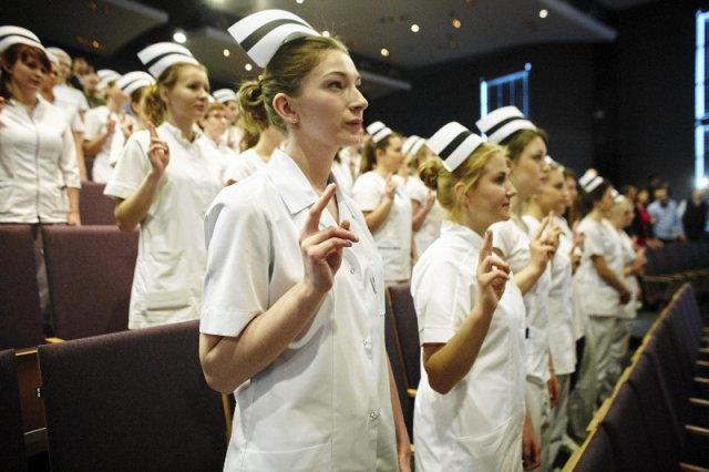 W Polsce przypada 5,4 pielęgniarki na 1 000 osób. To bardzo niska proporcja, która – jeśli politycy nic nie zrobią – będzie się nadal zmniejszać. Skutki dla pacjentek i pacjentów będą opłakane.