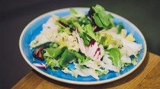 Sałata jest warzywem, z którego z uwagi na bogactwo witamin i składników mineralnych warto wycisnąć sok do picia