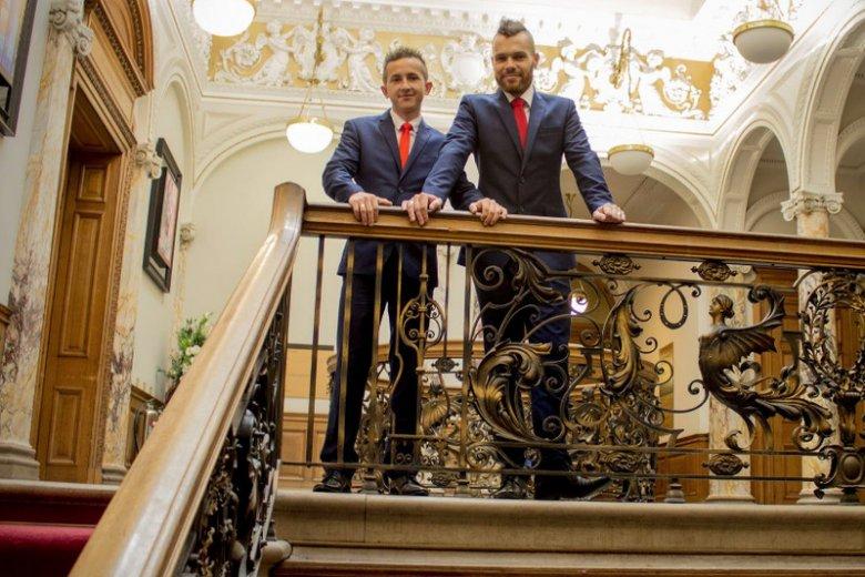 Łukasz Włodarczyk (po prawej), sołtys Bobrownik, z drugim Łukaszem – po ślubie w Edynburgu.
