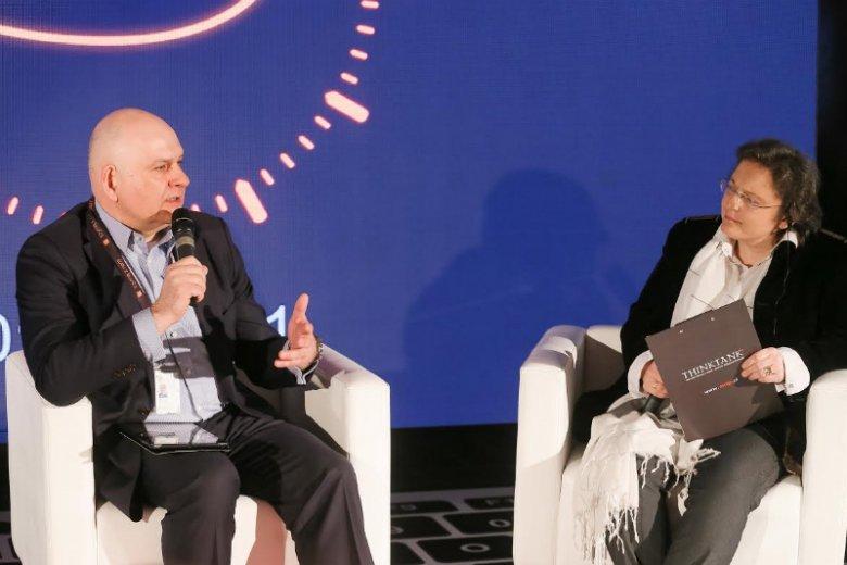 Piotr Muszyński, wiceprezes Orange Polska, podczas debaty eksperckiej na temat bezpieczeństwa cyfrowego w Miasteczku Orange
