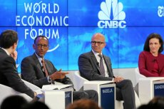 """W panelu """"Transformacja jutra"""" uczestniczyli m.in. Andrew Sorkin z New York Times'a i CNBC, Paul Kagame, prezydent Rwandy, Satya Nadella, prezes Microsoftu oraz Sheryl Sandberg –  COO w Facebooku."""