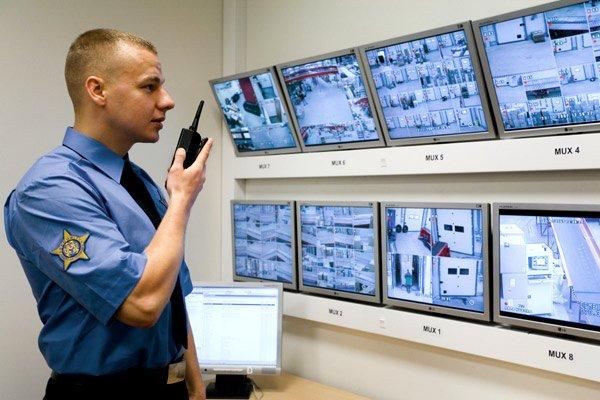 Śledzenie obrazów z monitoringu przez ludzi jest skuteczne jedynie wtedy, gdy tych obrazów jest niewiele.