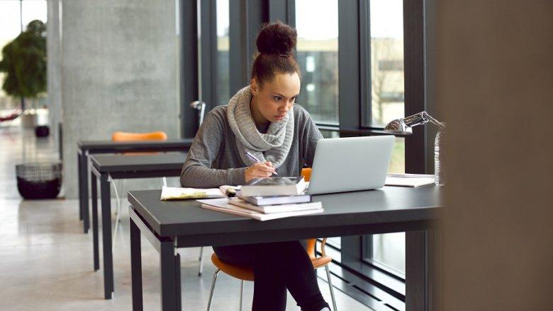 Większość polskich studentów uważa, że karierę zawodową najlepiej rozpocząć już na studiach.