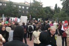 Pod Sejmem zbierają się przeciwnicy zaostrzania przepisów aborcyjnych.