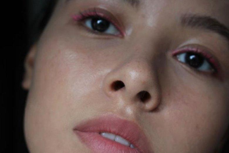 Kredka do oka w intensywnym, wręcz neonowym odcieniu będzie modnym akcentem, uzupełniającym naturalny makijaż