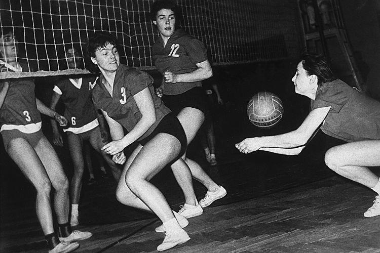 W drużynie siatkarskiej (z numerem 12) – mecz Gwardii Wrocław, lata sześćdziesiąte XX w.
