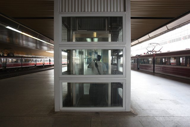 Winda dla niepełnosprawnych na dworcu Kraków Głównych. Z dworca można dostać się nią prosto na peron.