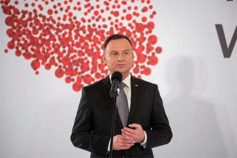 Prezydent Andrzej Duda ma ciężki orzech do zgryzienia po fali krytyki za pytania do referendum. Do grona osób krytykujących pomysł  Dudy dołączył prof Matczak z UW.