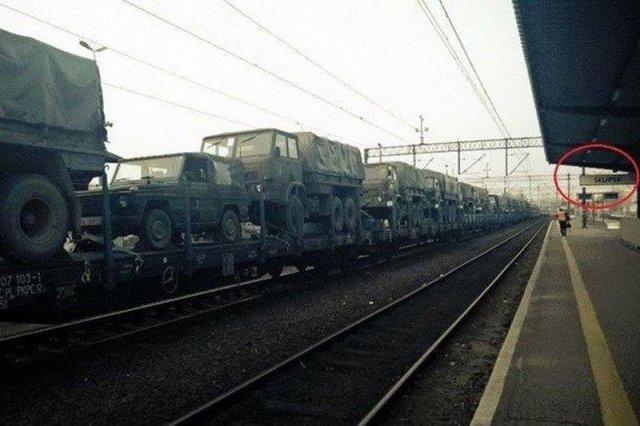 Jedno ze zdjęć transportu wojskowego, które wykonano na stacji w Słupsku. Miało dowodzić szykowaniu się polskiej armii do operacji na wschodzie.