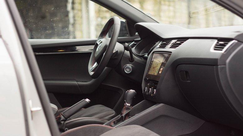 W środku to typowa Octavia. Różnią ją tylko fotele, kierownica i akcenty takie jak czerwone przeszycia.