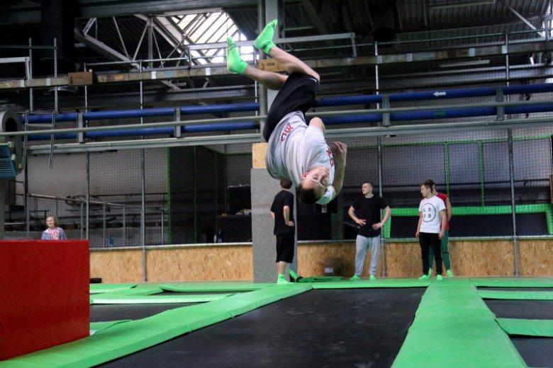 """Takie ewolucje do wykonania tylko przez sportowców? Wcale nie: karnet do parku trampolin udowodni, że w niedługim czasie tak """"latać"""" może także amator."""