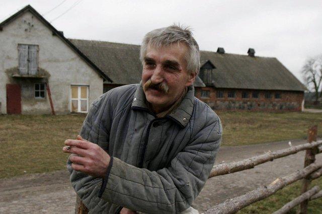 Gospodarstwo rolne Fundacji Barka. Bezdomni, którzy mieszkają w miejskich noclegowniach, przyjeżdżają tu i zaczynają pracę