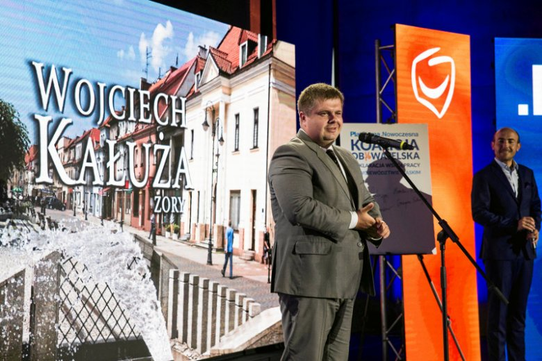 Wojciech Kałuża z Borysem Budką w tle na wiosennej prezentacji kandydata Koalicji Obywatelskiej na prezydenta Żor. Teraz, jesienią, Kałuża zdecydował się wesprzeć PiS.