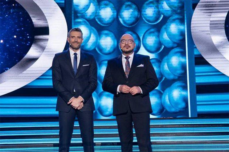 """Piotr Gąsowski i Maciej Dowbor prowadzą program """"Twoja twarz brzmi znajomo"""" na antenie telewizji Polsat."""