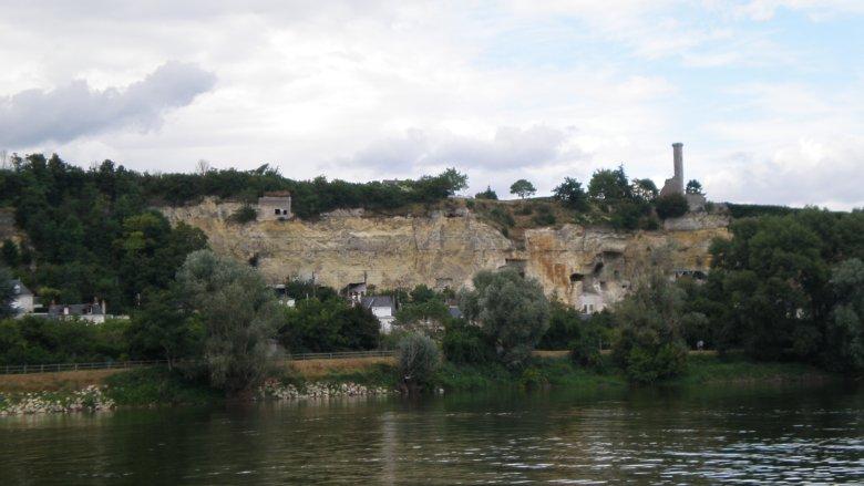 Widok ze statku wycieczkowego po Loarze na Rochecorbon, uroczą miejscowość znaną z  zamieszkałych grot ( troglodytes )