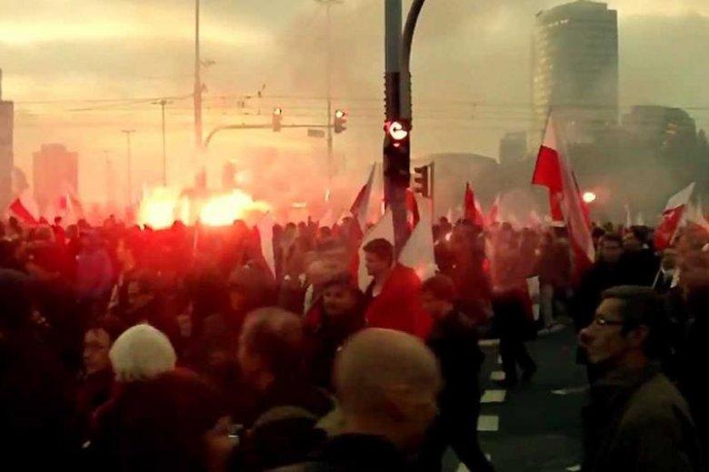 Scena z parady niepodległości w Warszawie.