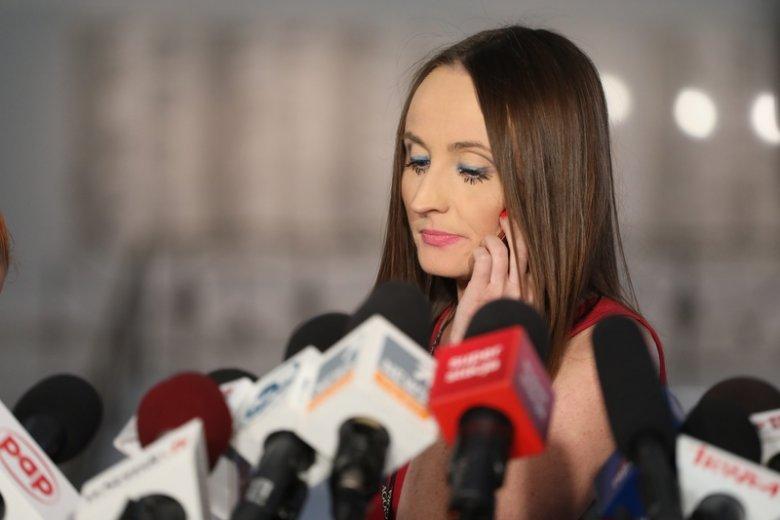 """Justyna Dobrosz–Oracz to jedna z najbardziej znanych dziennikarek w Polsce. Jako reporterka sejmowa """"Gazety Wyborczej"""" nierzadko biega za politykami, by uzyskać od nich odpowiedź na pytanie."""