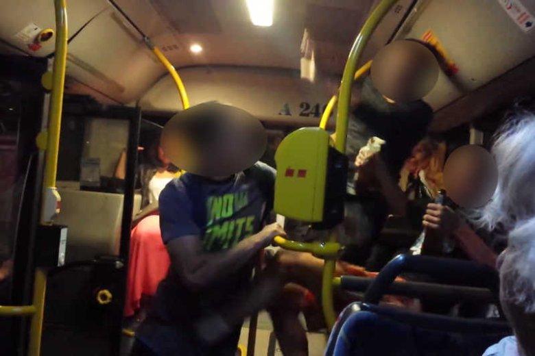 Nikt nie zareagował na bójkę w warszawskim autobusie.