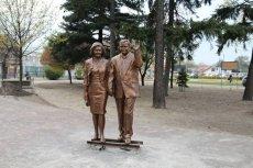 Pomnik Lecha i Marii Kaczyńskich oficjalnie ma zostać odsłonięty 2 maja. Wśród zaproszonych gości spodziewany jest między innymi Jarosław Kaczyński.