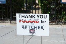 Zdjęcie transparentu opublikowała ambasada Polski.