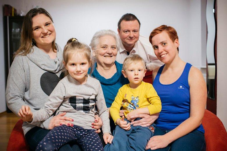 Mąż Ani, Konrad cieszy się, że dzięki solidarności kobiet w rodzinie, żona może spełniać się zawodowo i rodzinnie.