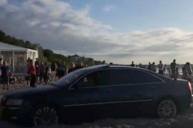 Audi wjechało na plażę w Międzyzdrojach