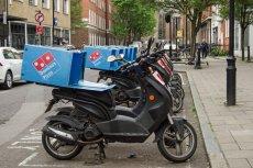 Szybcy jak strzała dostawcy dowożą pizzę na przystanki w brytyjskim Blackpool.